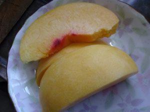 黄桃を切って皮さら食べた