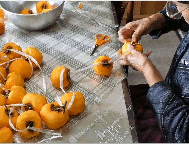 柿をヒモで結ぶ